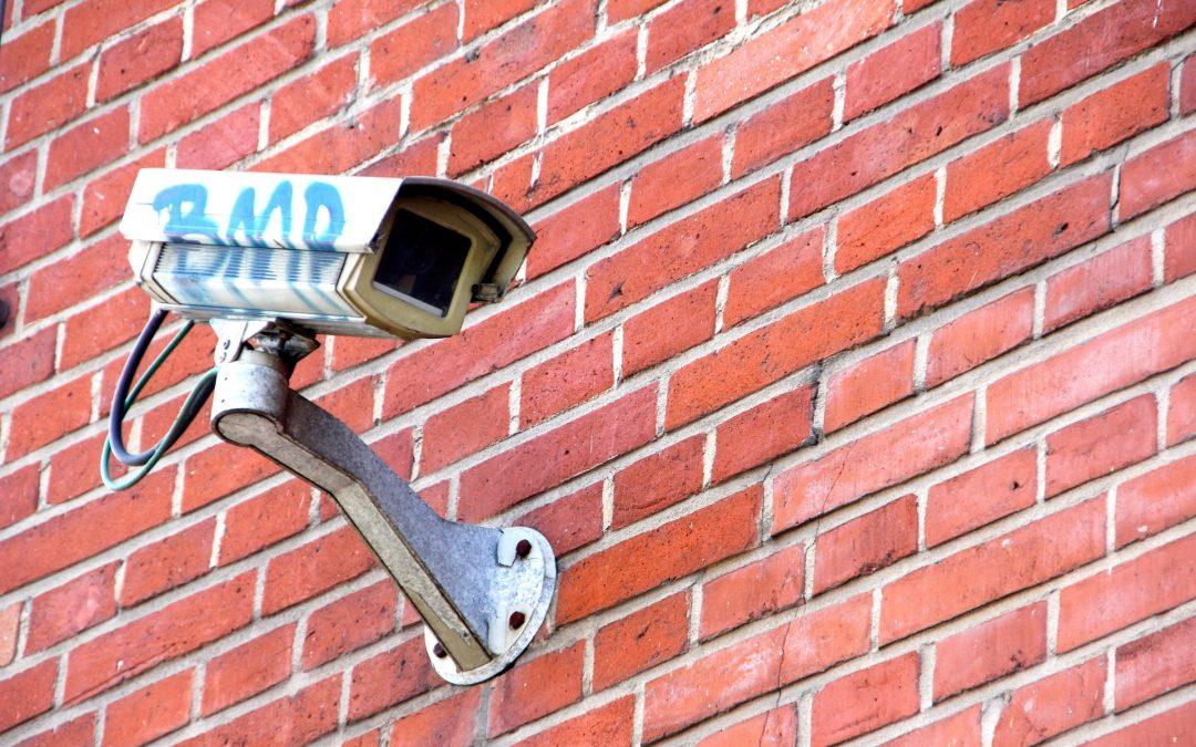 ¿Puede un vecino decidir colocar legalmente una cámara en la comunidad?